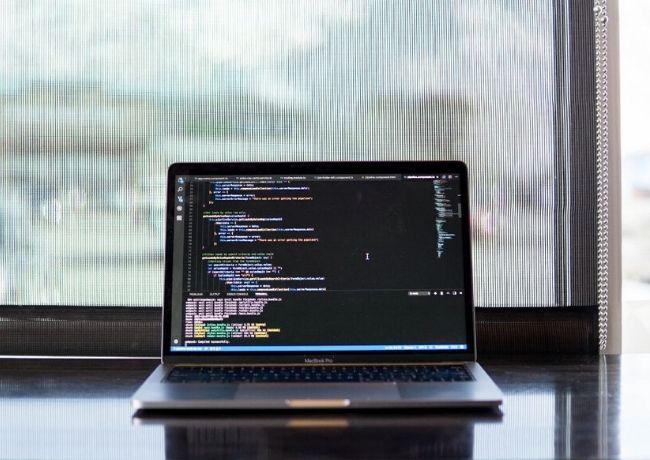 Linguagens de programação para programadores Codificação de um laptop Macbook