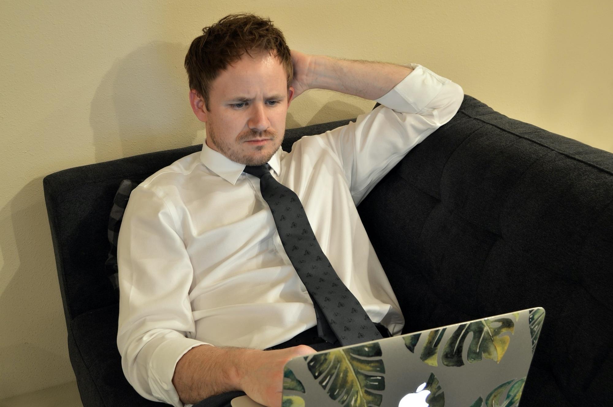 Liikemies työskentelee kotoa Mac