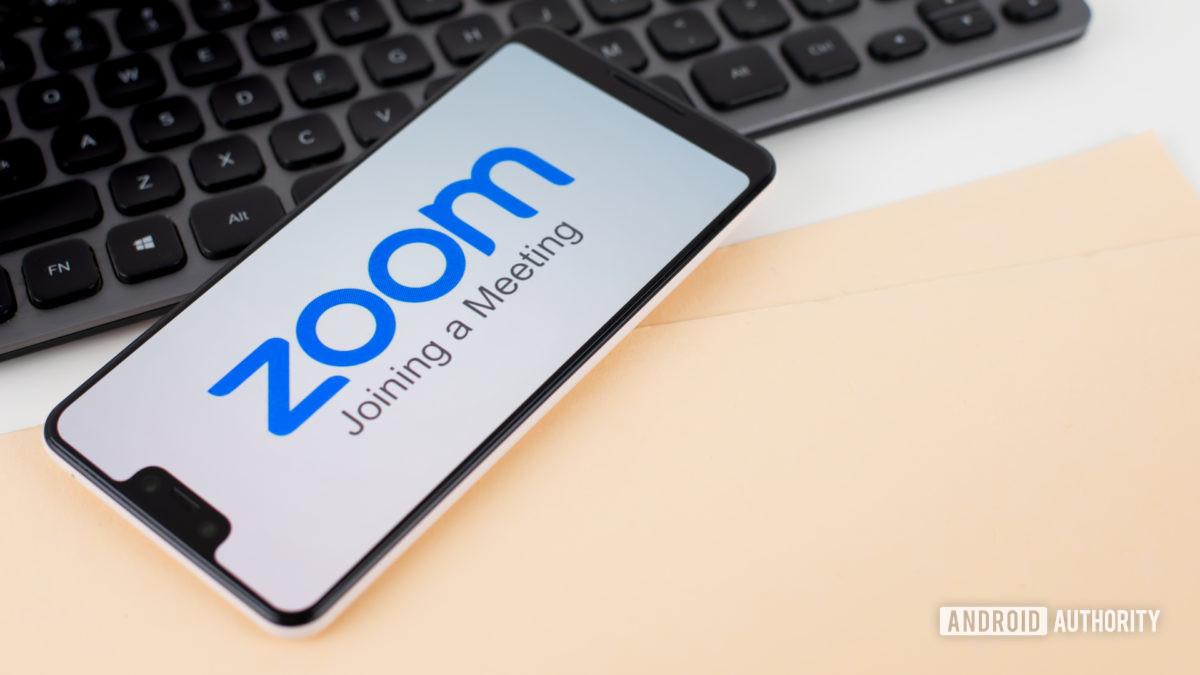 Zoom-kokoukset älypuhelimella toimistolaitteiden vieressä 6