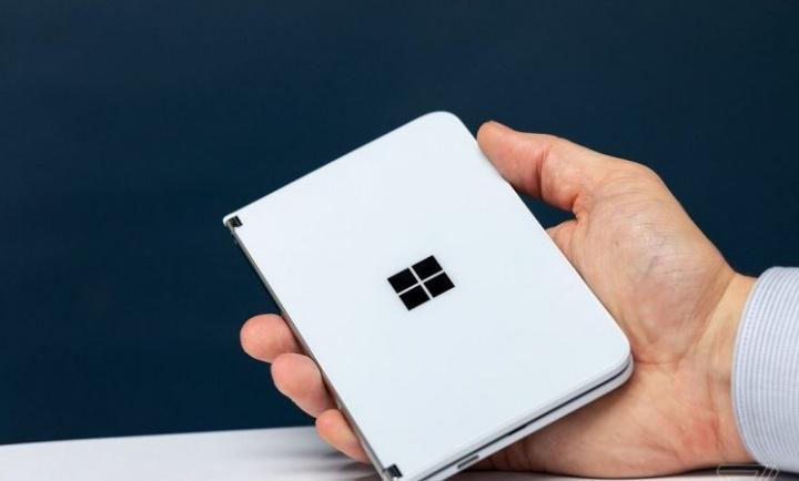 O diretor executivo da Microsoft compartilha uma foto do Surface Duo na mão 1