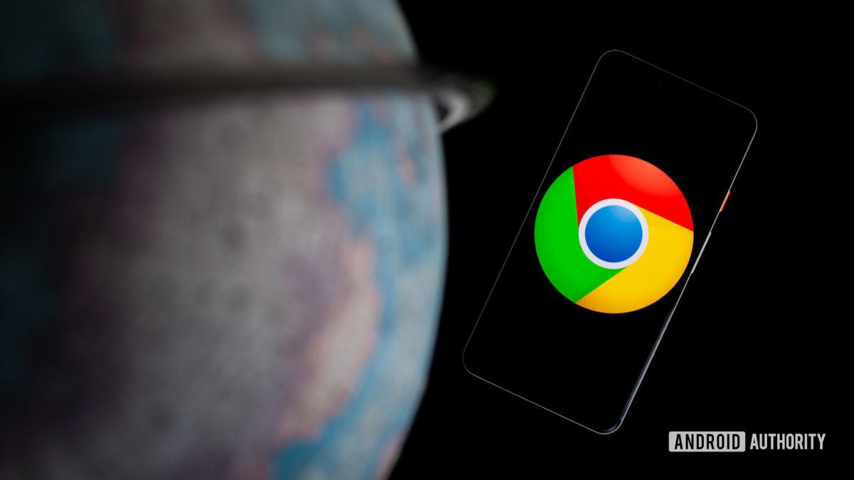 Google Chrome no seu smartphone ao lado da fotografia do globo